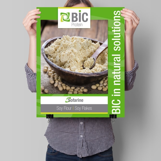 Vrouw houdt BIC Protein poster vast DTP: Ben Drost via EMC Expo, Utrecht